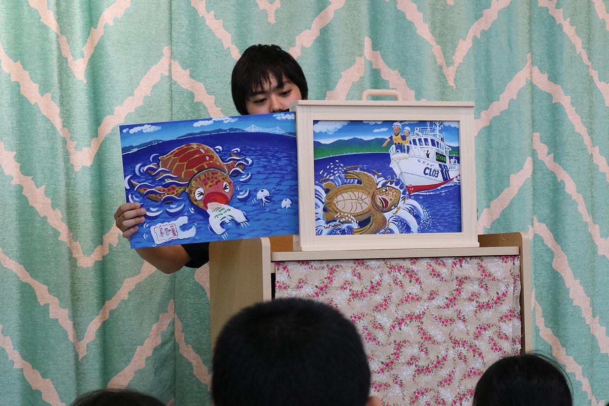 紙芝居できれいな海を守る大切さを教えた