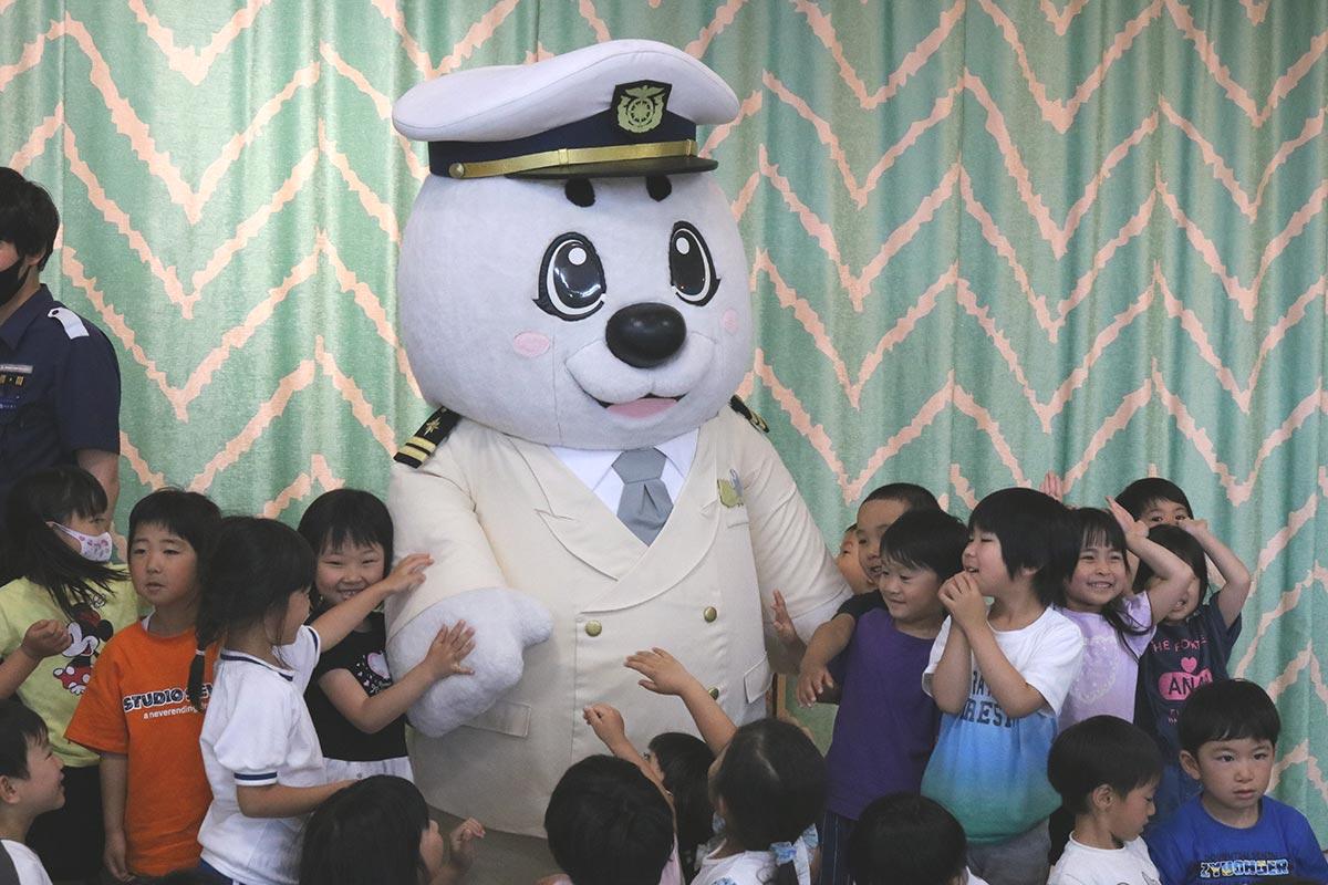海上保安庁のマスコット「うみまる」との触れ合いに笑顔満開!