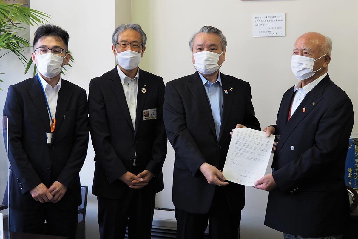 菊地会頭(右)に要請書を手渡す野田市長(右から2人目)、森局長(同3人目)、菊池所長