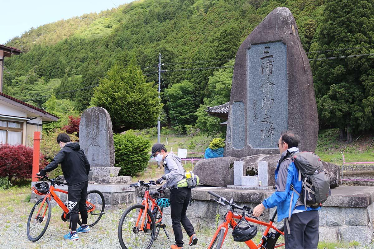 三浦命助没後100年にあたる1963年に栗林町民によって建立された石碑。裏山に命助の墓もある