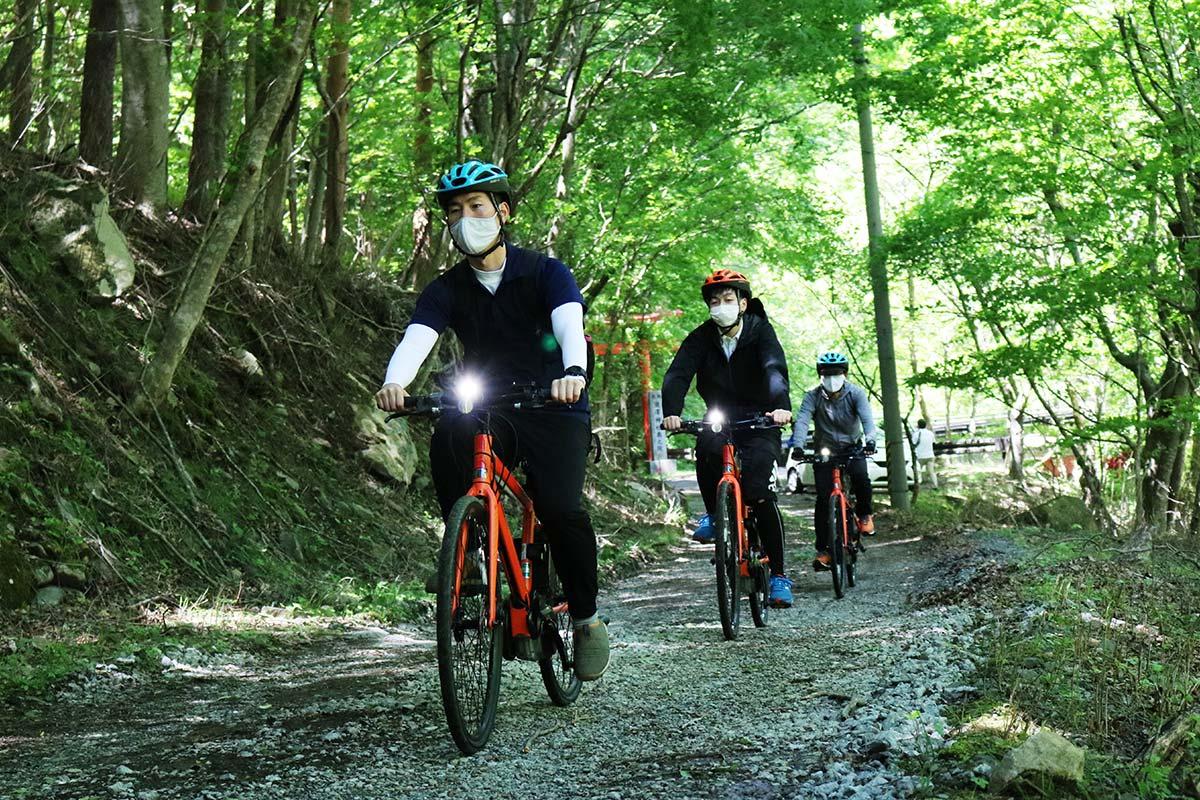 新たな観光コンテンツとして期待が高まるサイクルツーリズム。電動自転車は坂道も楽に上がることができる