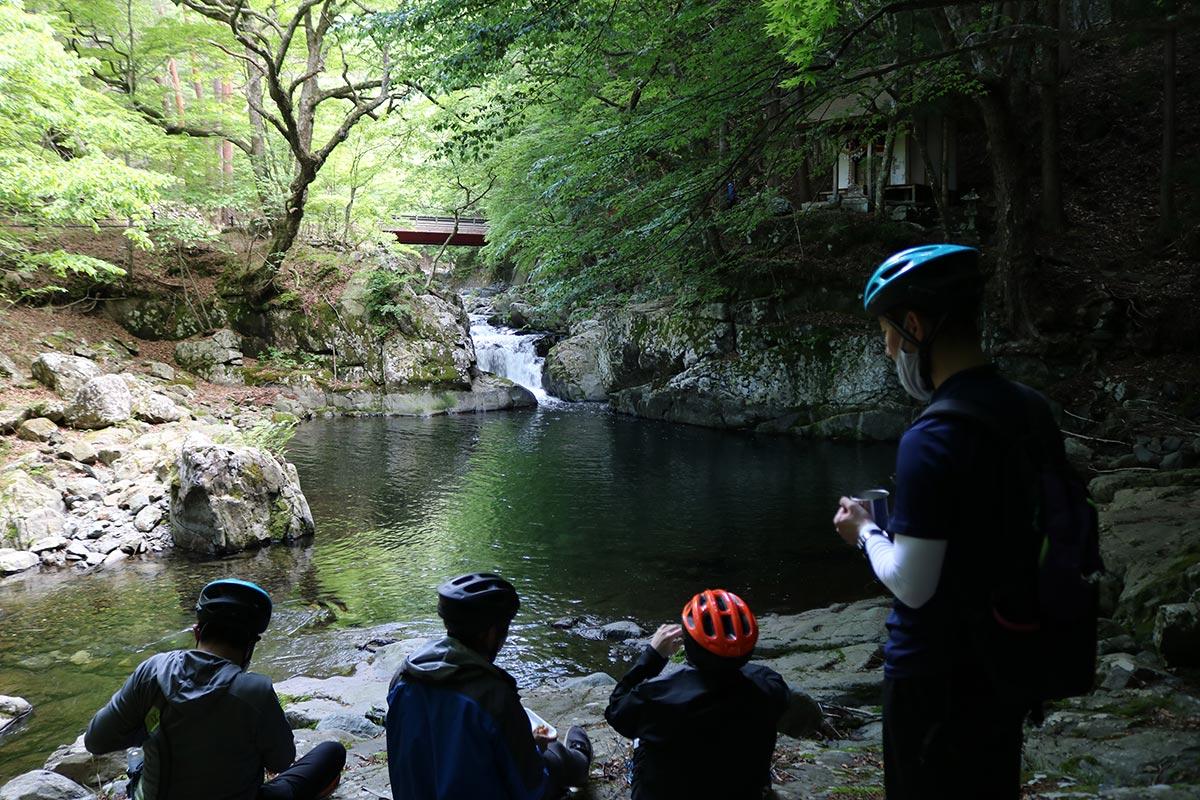 1995年に岩手の景観賞を受賞した「瀧澤神社奥の院と沢桧川」。2007年には市の文化財に指定されている