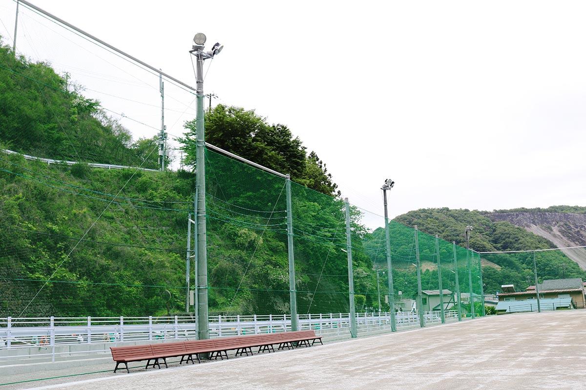 グラウンドの周りには防球ネット、夜間照明、ベンチなどが設置された