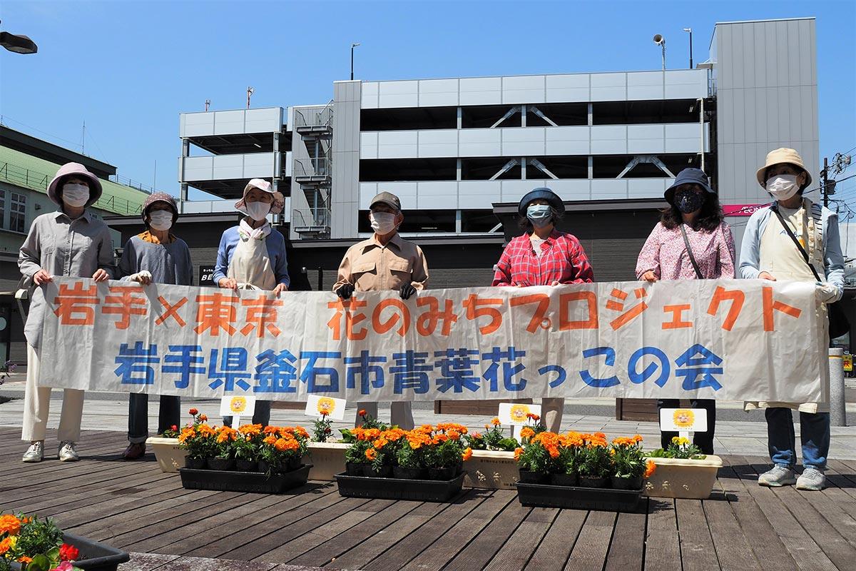 青葉花っこ会は東京五輪の競技会場を彩るオレンジ色のマリーゴールドの植え付け作業に協力した=3日