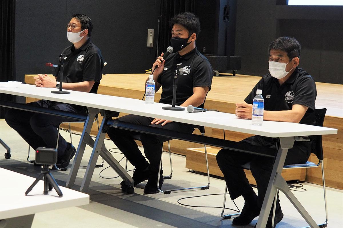 新体制へ向け意欲を高める(左から)桜庭吉彦GM、須田康夫HC、坂下功正総監督
