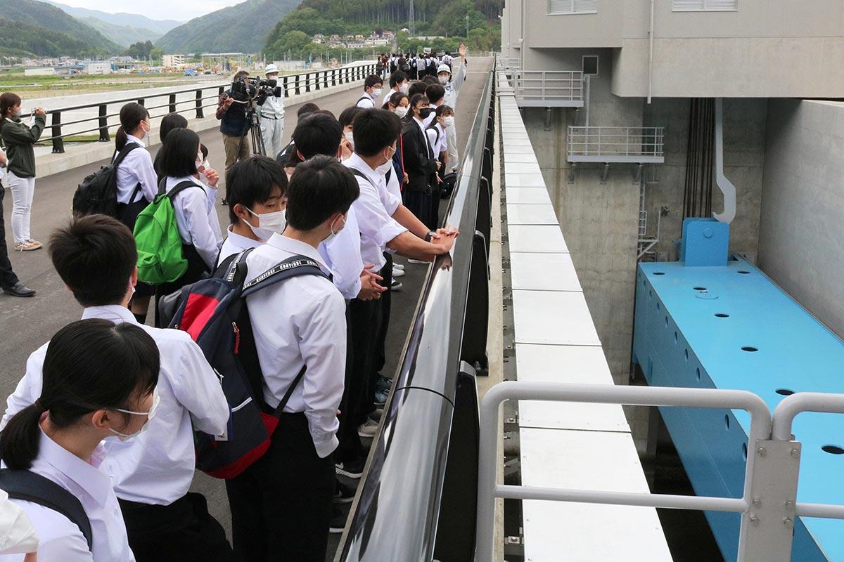 青いゲートは5つ(1門:幅32メートル、高さ5・17メートル)あり、自動閉鎖システムが導入される
