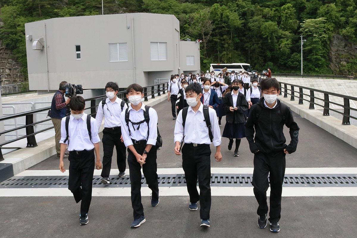 修学旅行で鵜住居川水門を訪れた鶴岡第四中の3年生