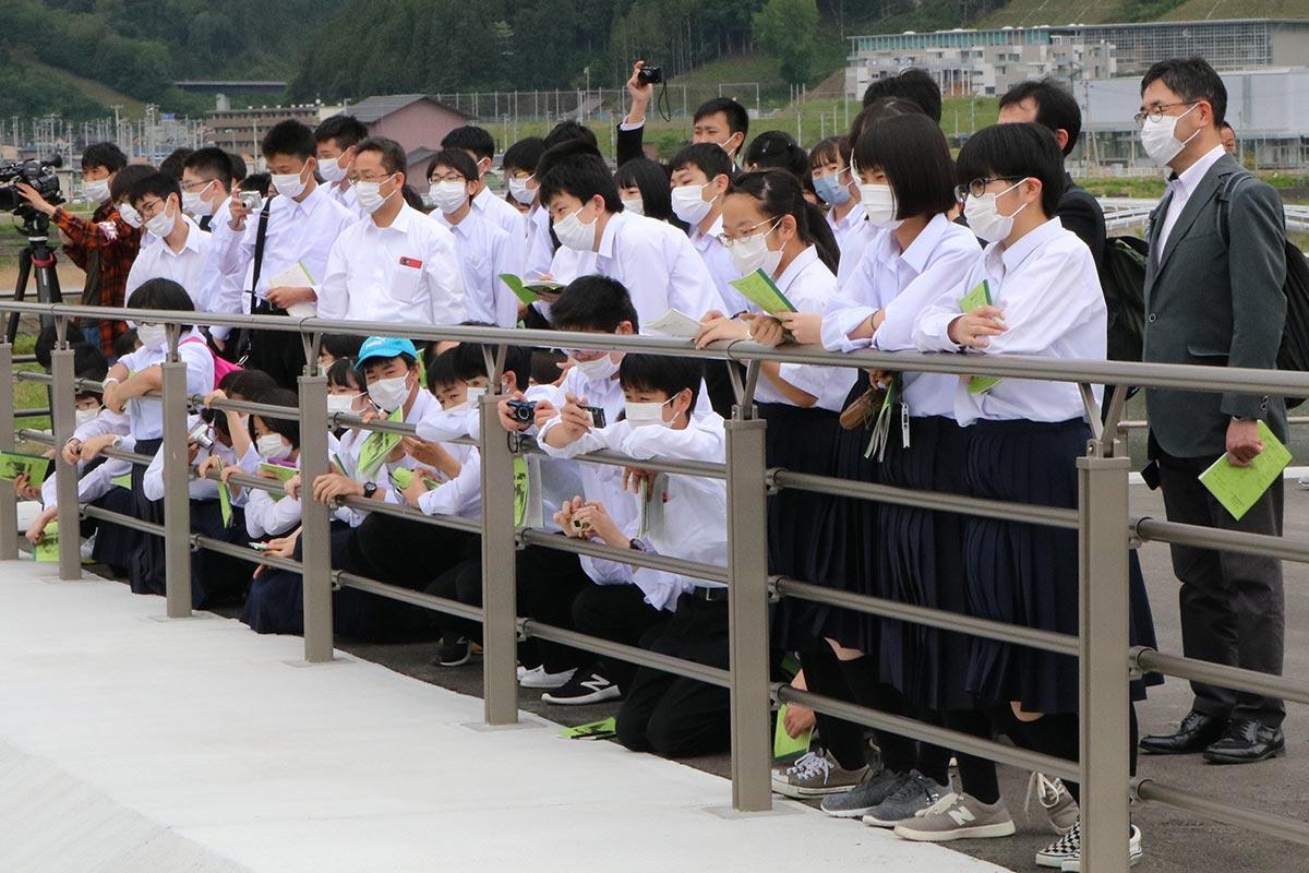 水門と連結する「片岸海岸防潮堤」の広場からゲートの動きを確認する生徒