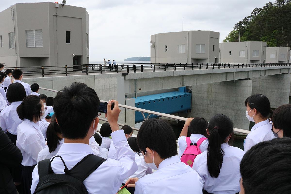 大槌湾に注ぐ鵜住居川河口部に設置された水門。総工費は約190億円。県や市の庁舎から遠隔操作もできる
