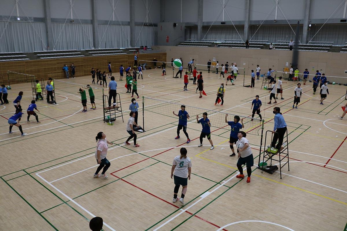新設された釜石市民体育館で初めて開かれた県ビーチボール競技大会