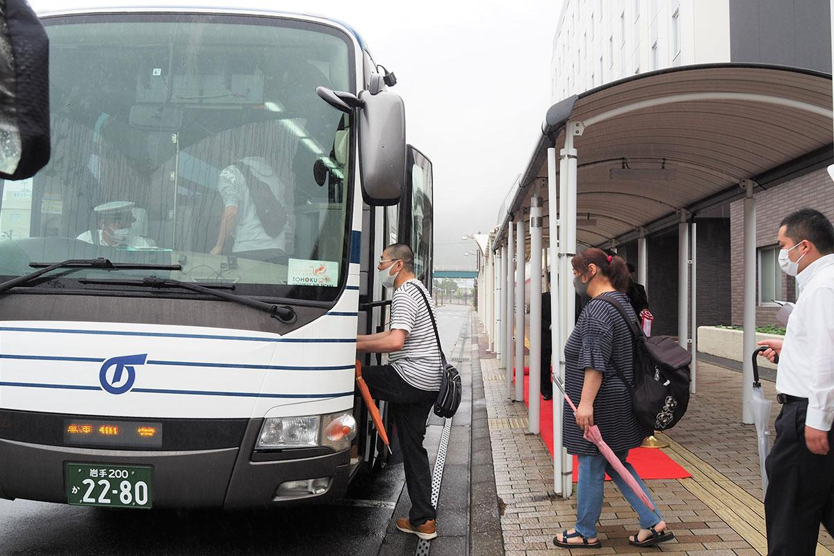 新ルートでの運行が始まった「釜石仙台線」のバスに乗り込む市民ら
