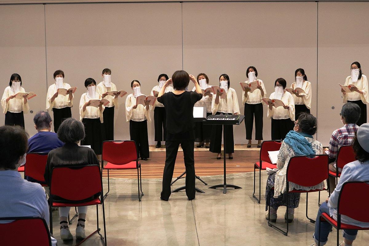 合唱用の飛沫(ひまつ)防止マスクを着用して歌うアンサンブル・ル・シエルのメンバー