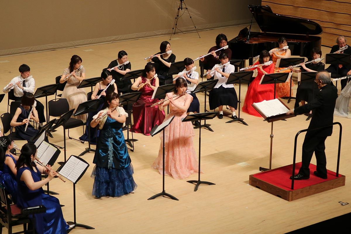 岩岡一志さん作曲の「それは不死鳥のごとく」では山崎鮎子さん(釜石市)と大泉穂さん(久慈市)がソリストを務めた