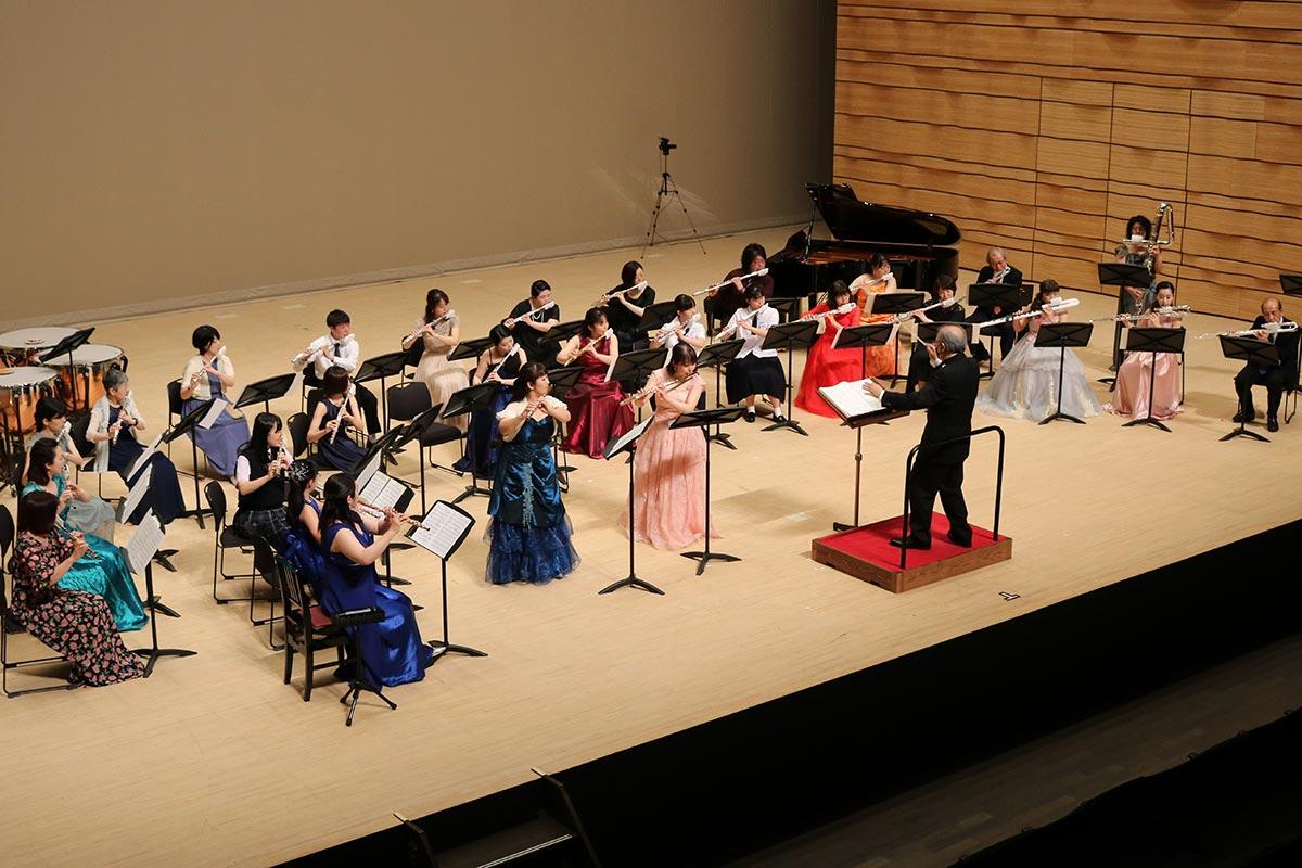 県内外のプロ、アマチュア奏者で結成したフルートオーケストラ。小学5年生から70代までが集った