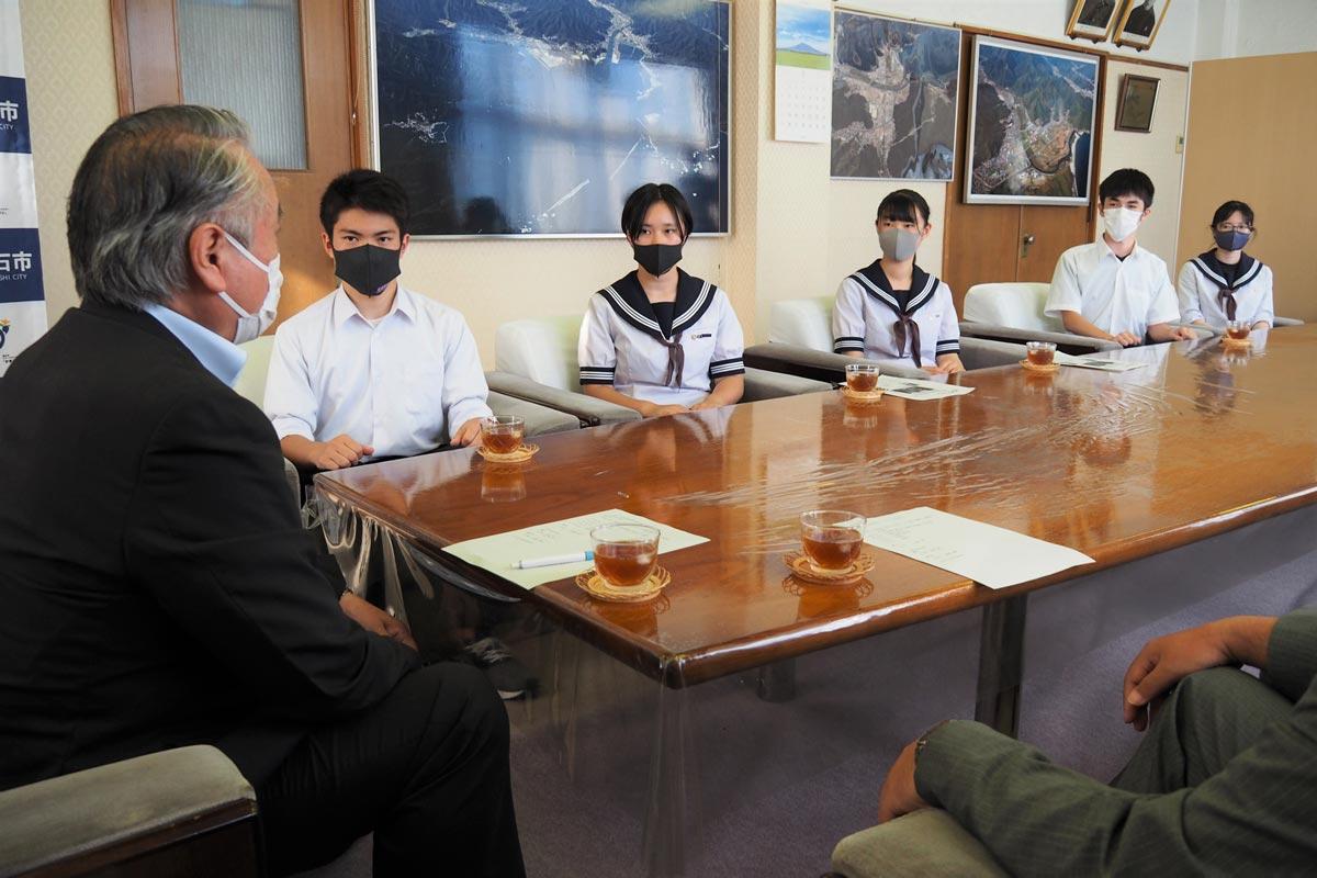 全国大会に臨む決意を伝えた生徒たちを野田市長が激励した
