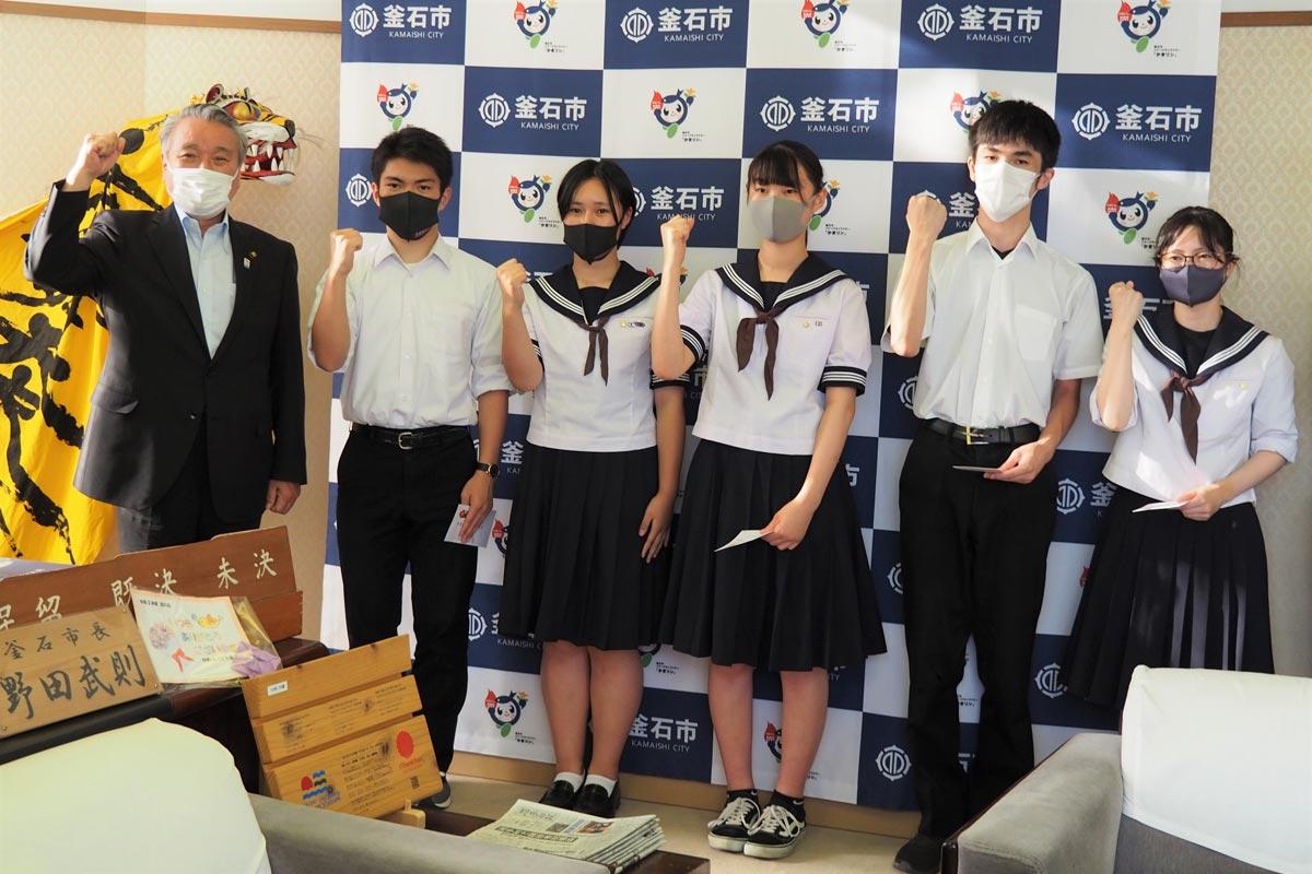 野田市長(左)に全国での活躍を誓う釜石高の選手代表