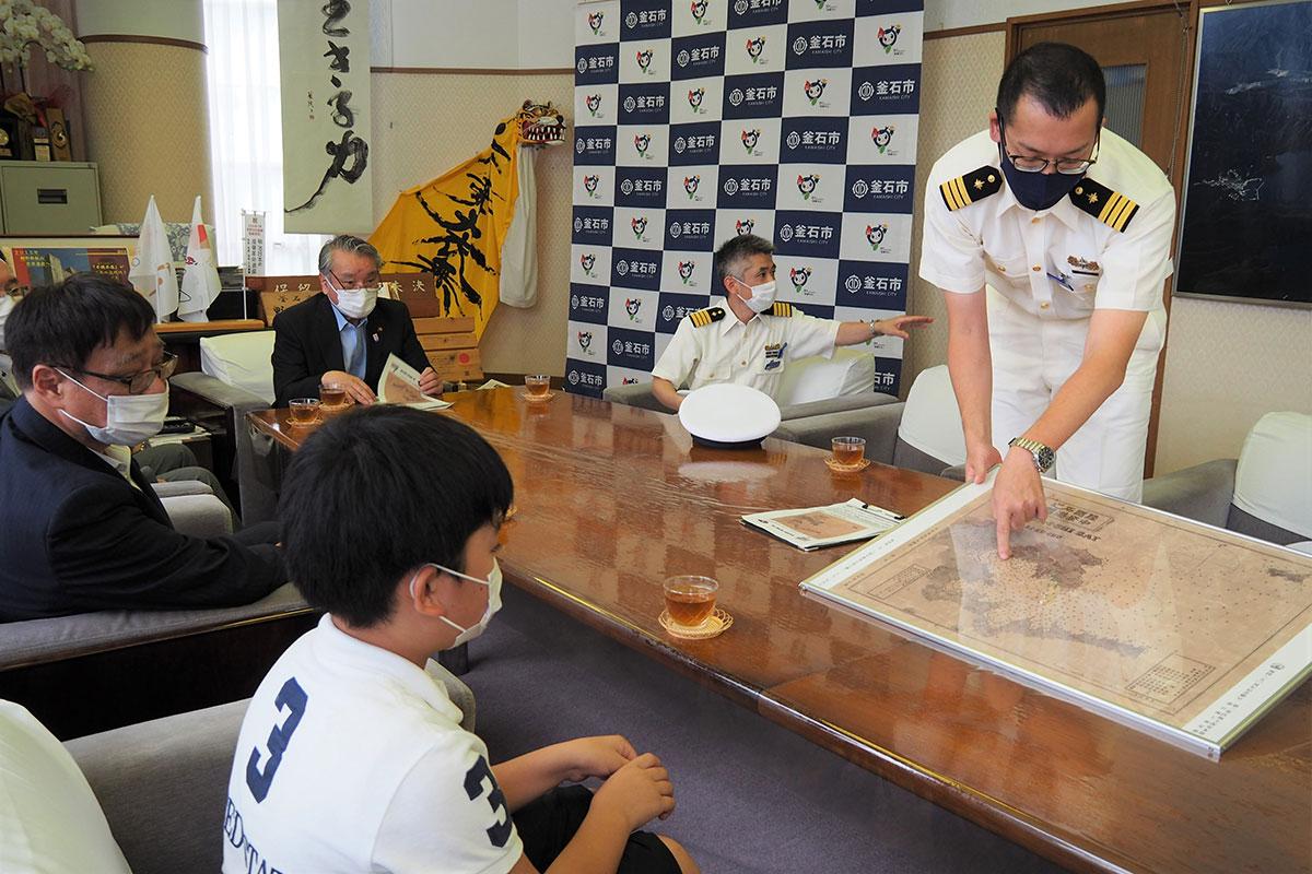 海保本部の関係者が海図に書かれた文字などを解説した