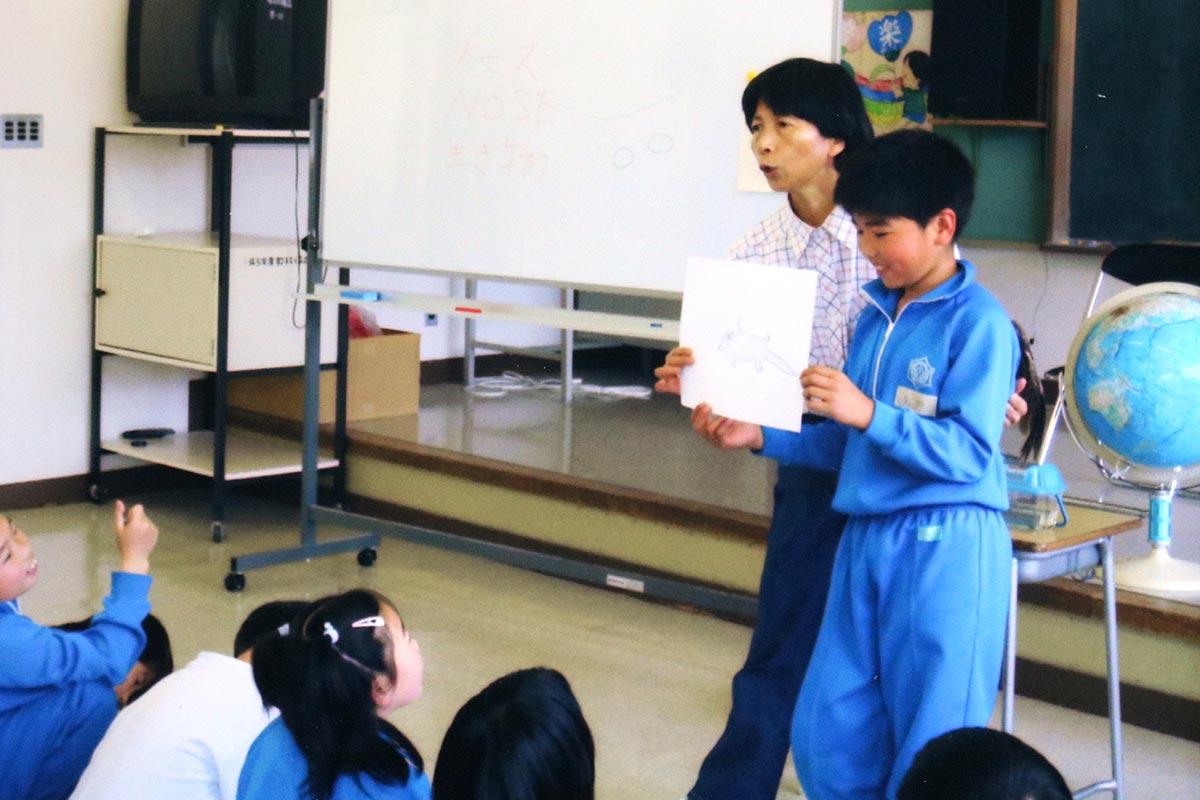 鵜住居小の教室で事前学習を行う加藤さん