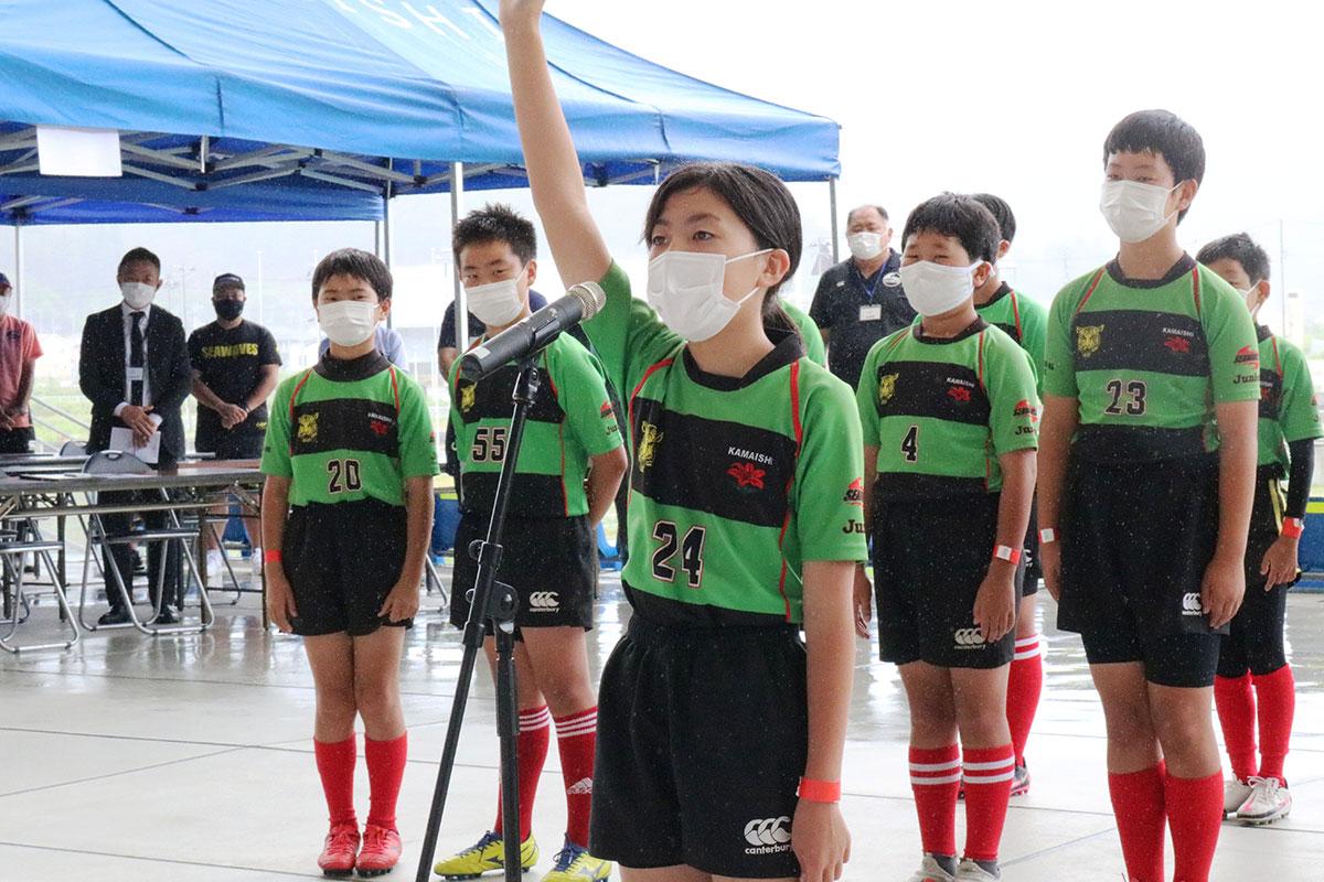 選手宣誓をする釜石SWジュニアの佐々木璃音さん