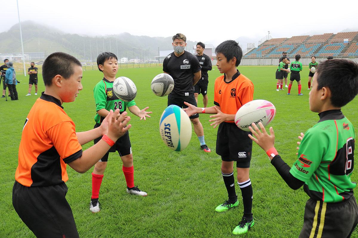 釜石SWの選手らが指導したラグビー教室。確実なボールキャッチの技術などを学んだ