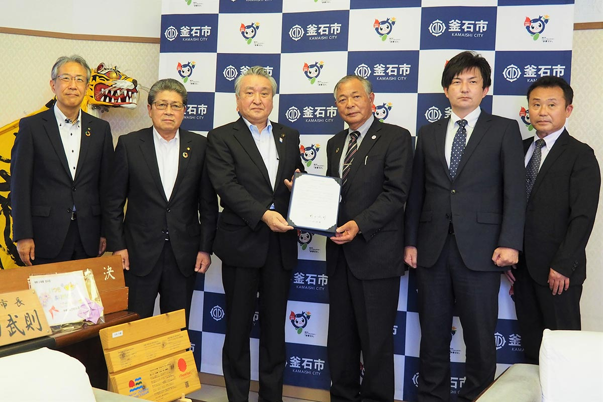 立地協定を結んだ小山社長(右から3人目)、野田市長(同4人目)ら