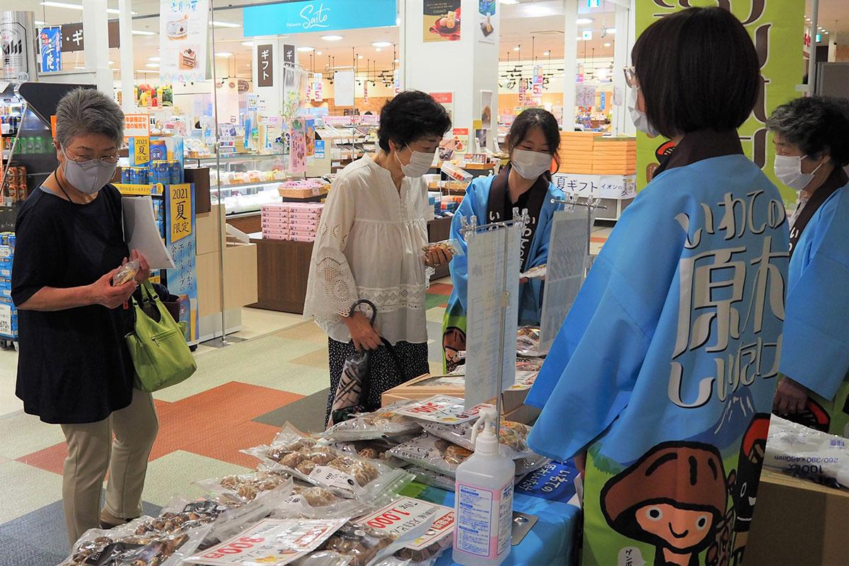 店頭価格より格安で販売された県産乾シイタケを品定めする女性たち