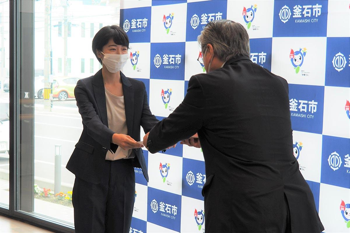 野田市長から委嘱状を受ける池井戸さん