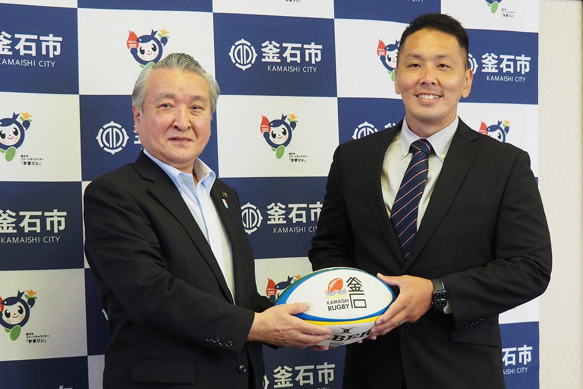 釜石ラグビー人財育成専門員として着任した佐伯悠さん(右)、野田武則市長