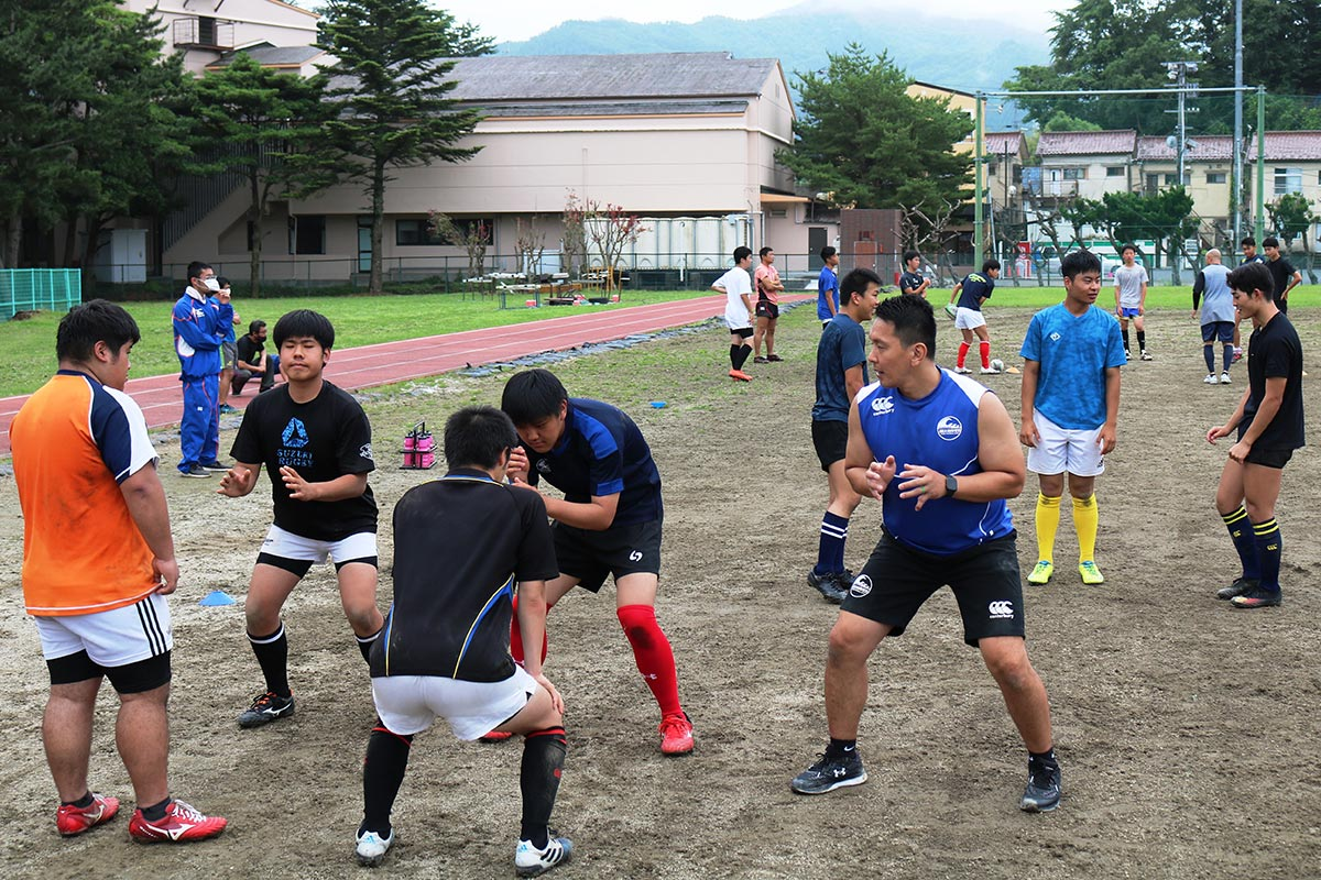 佐伯悠さんの指導が行われた釜石高、釜石商工高ラグビー部の合同練習=11日