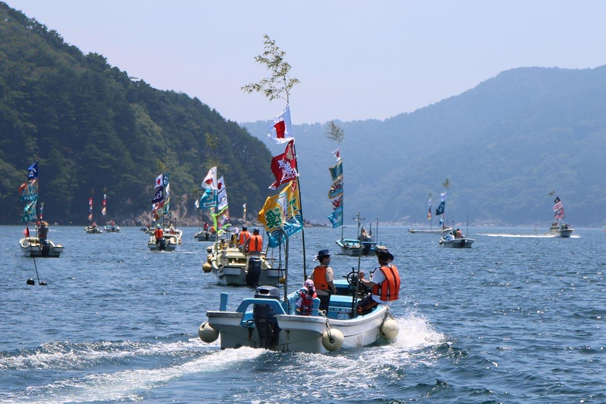 各地区の船団が唐丹湾内を巡航し、華やかな海上絵巻を繰り広げた