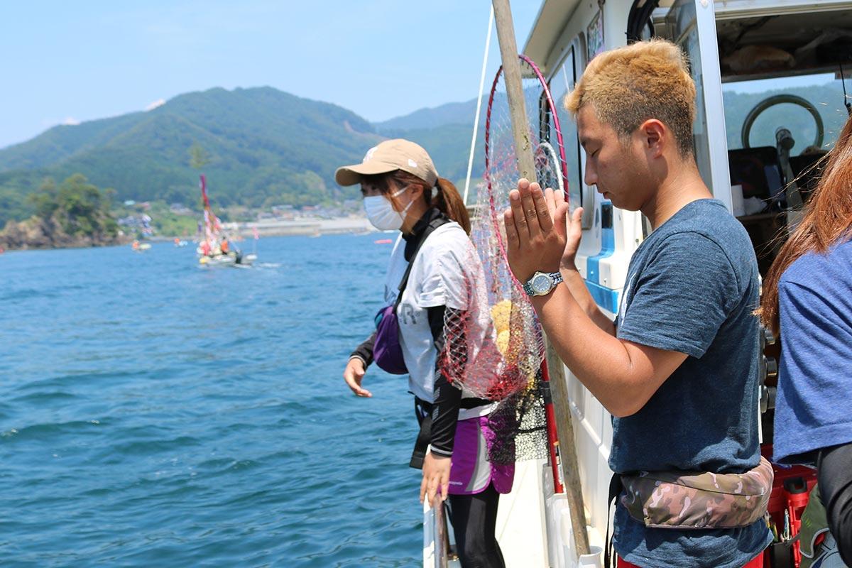 湾内に祭られる神様の前で海上安全などを祈る「健勝丸」の千葉健太郎船長