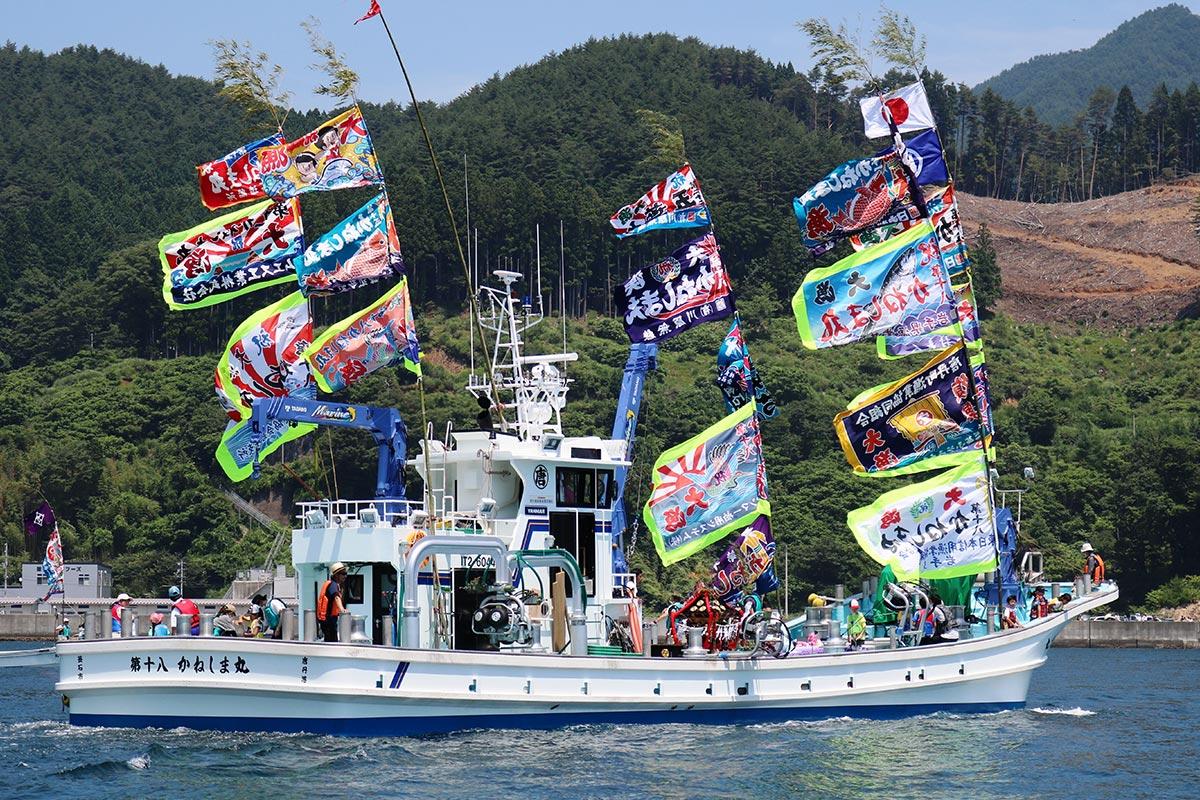 お召し船を務めた唐丹町漁協の「第18かねしま丸」。漁業振興への願いを込め進む