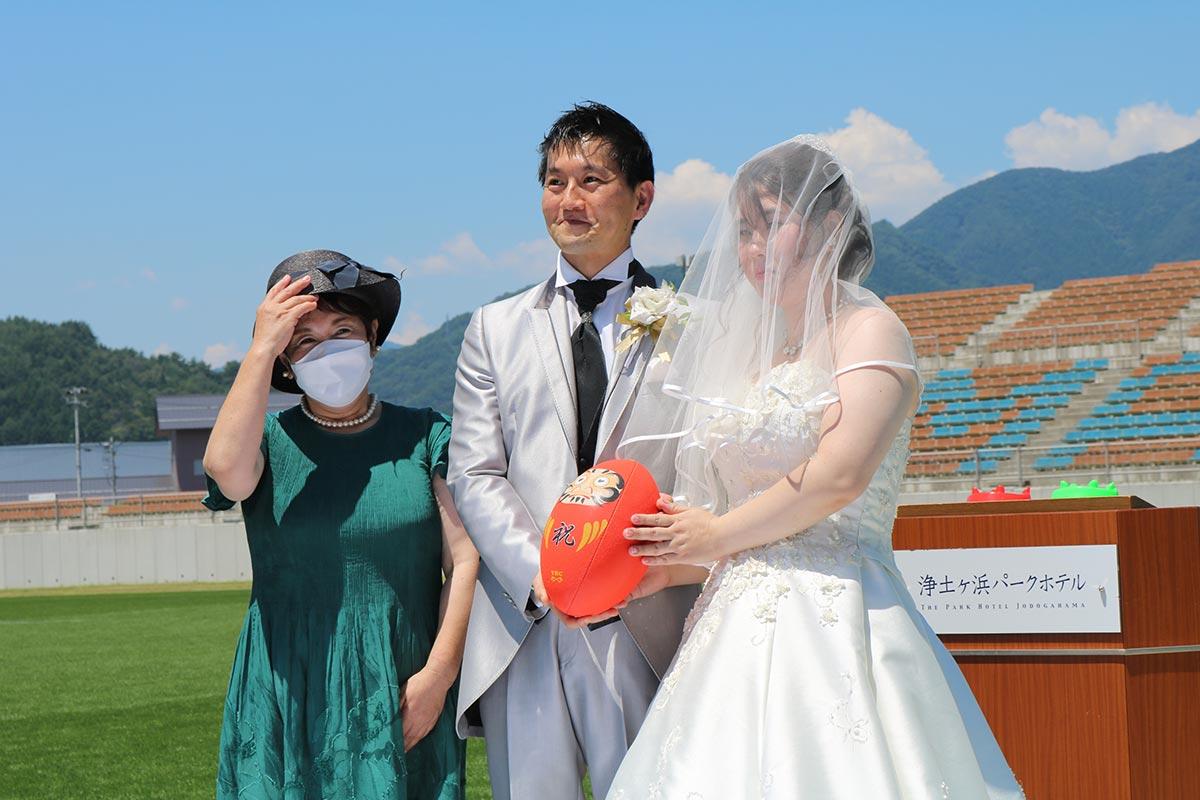 婚姻証明ボールにサイン!新郎和樹さんを知る宝来館おかみの岩崎昭子さんが立ち合った