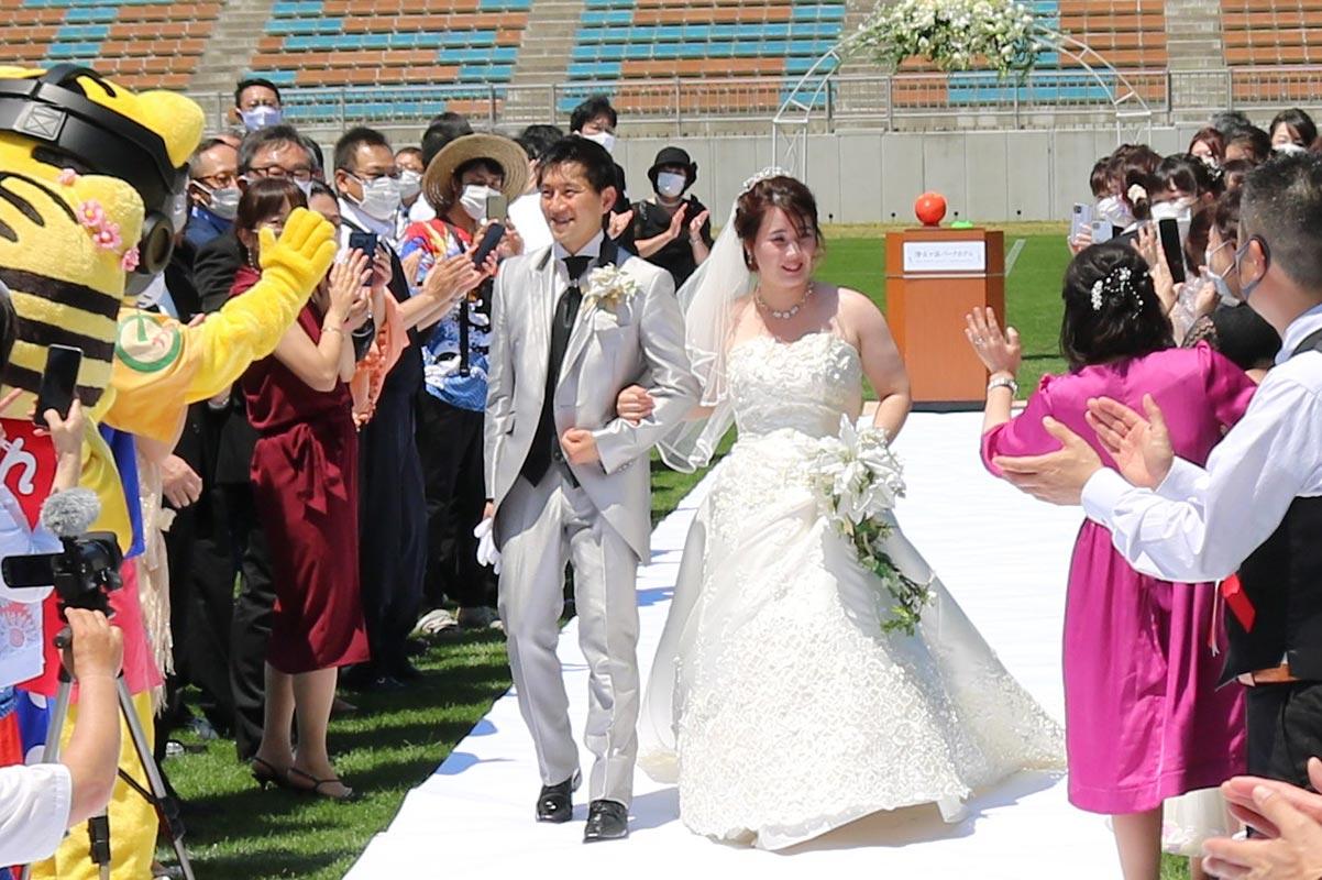 多くの祝福を受け、新たな人生の一歩を踏み出した本間さん夫妻。最高に幸せな瞬間