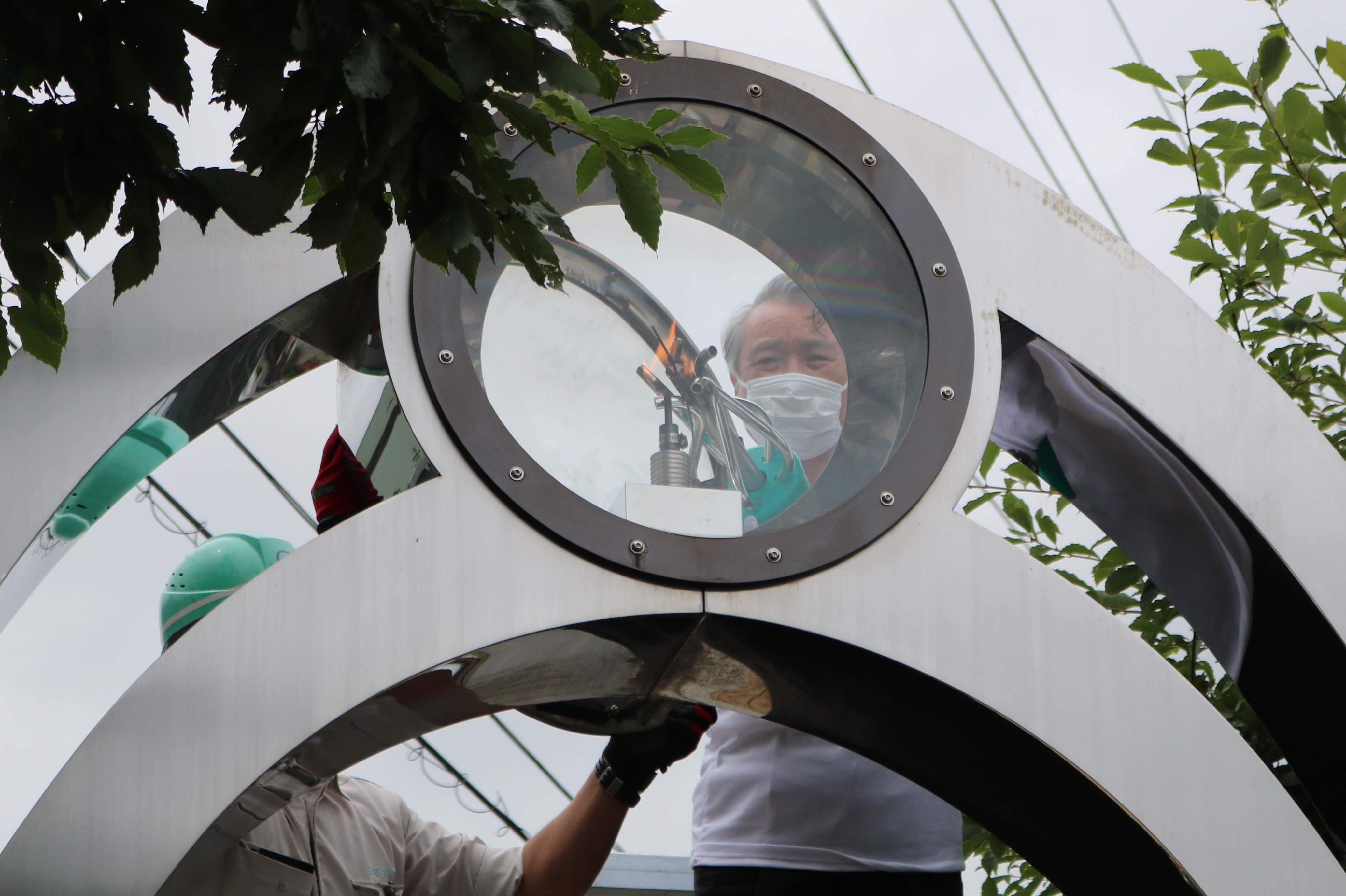 鉄のモニュメントから野田市長が「ものづくりの灯」をトーチに採火