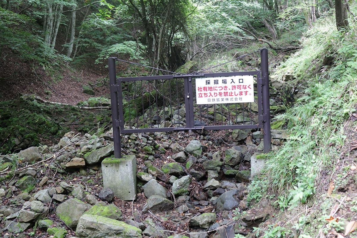 2016年の台風10号豪雨被害を受け、通行不能になった道。ゲートの基礎部分がむき出しになっている