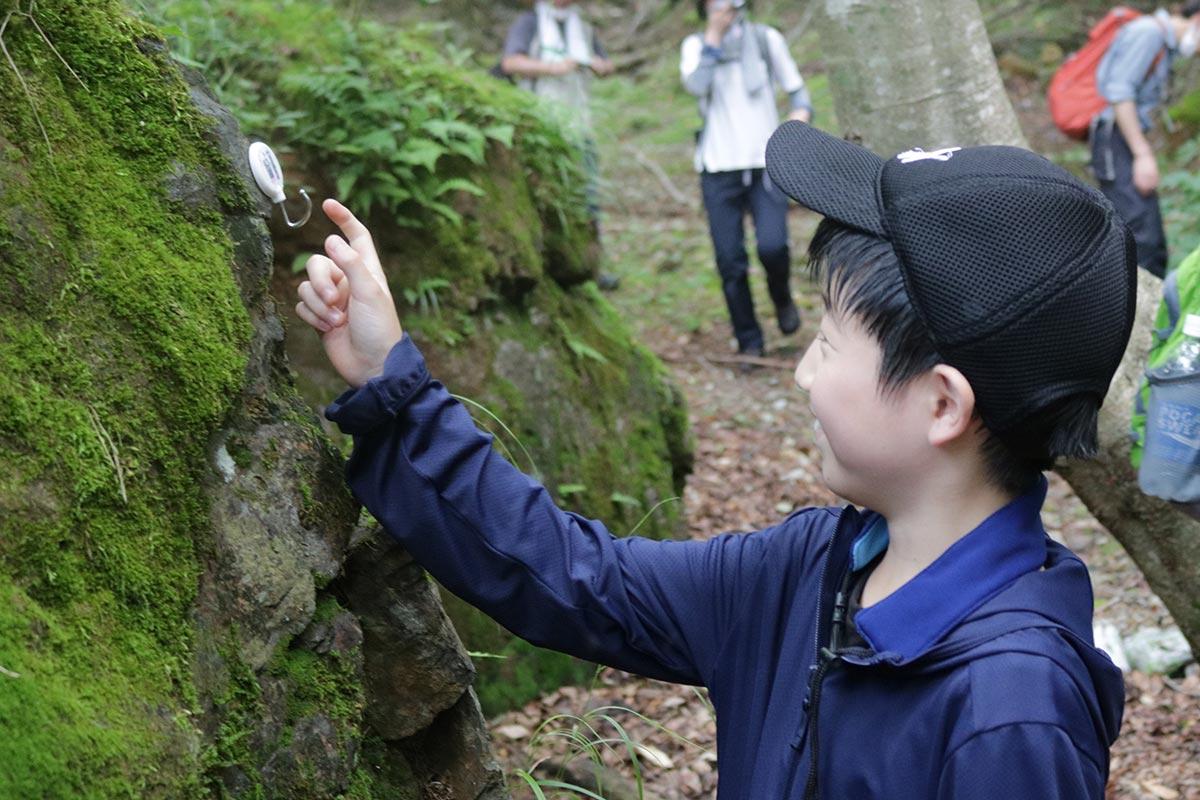 付近の岩には磁石がくっつく部分があり、鉄分を含んでいることが分かる
