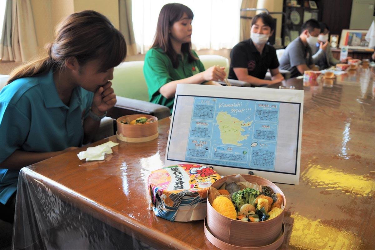 開発に関わった女性たちも出来栄えを確認。手ごたえを感じていた=8月5日、釜石市役所