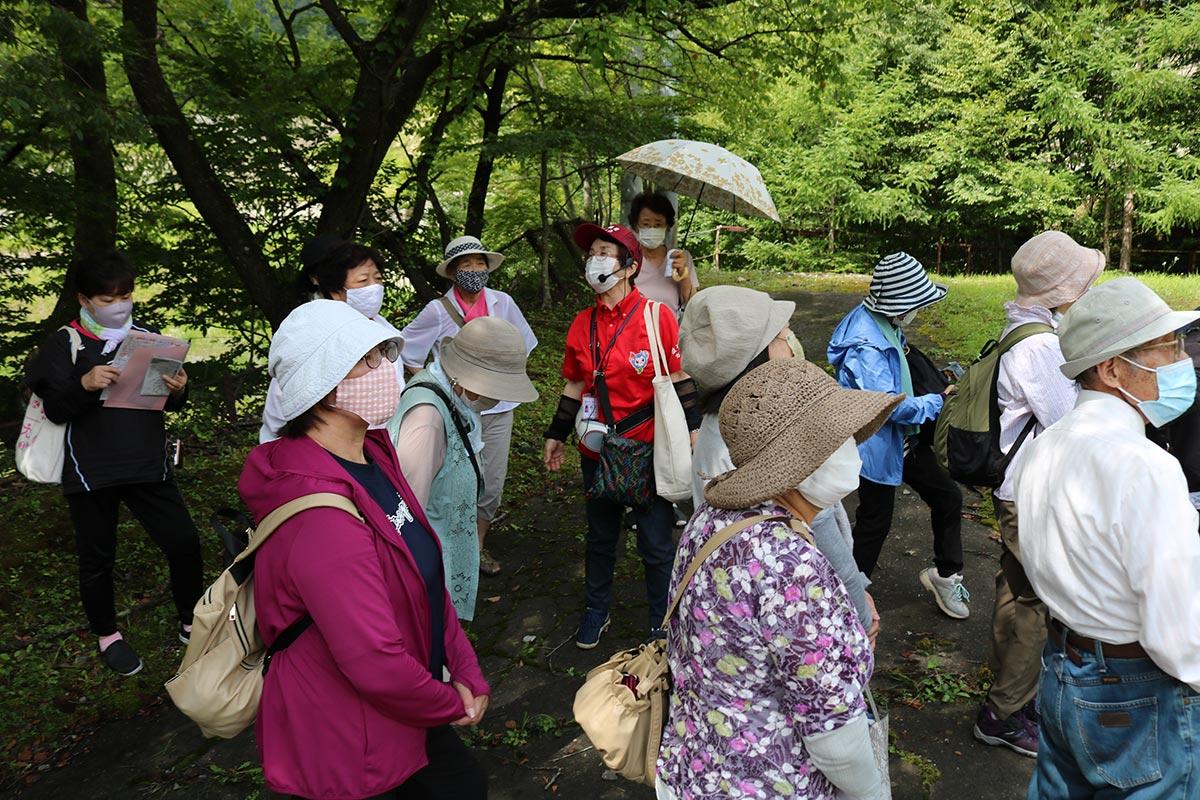 ガイドの藤井静子さんから三陸の成り立ちを学ぶ