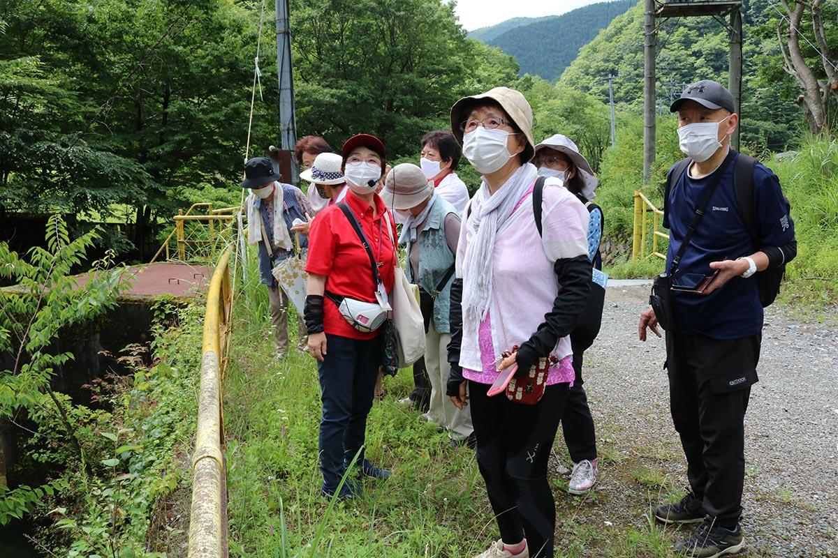 公民館の歴史講座で釜石鉱山周辺を散策する参加者