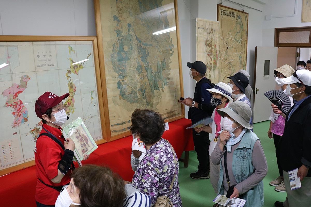 旧釜石鉱山事務所の展示を見学。興味津々で見入る