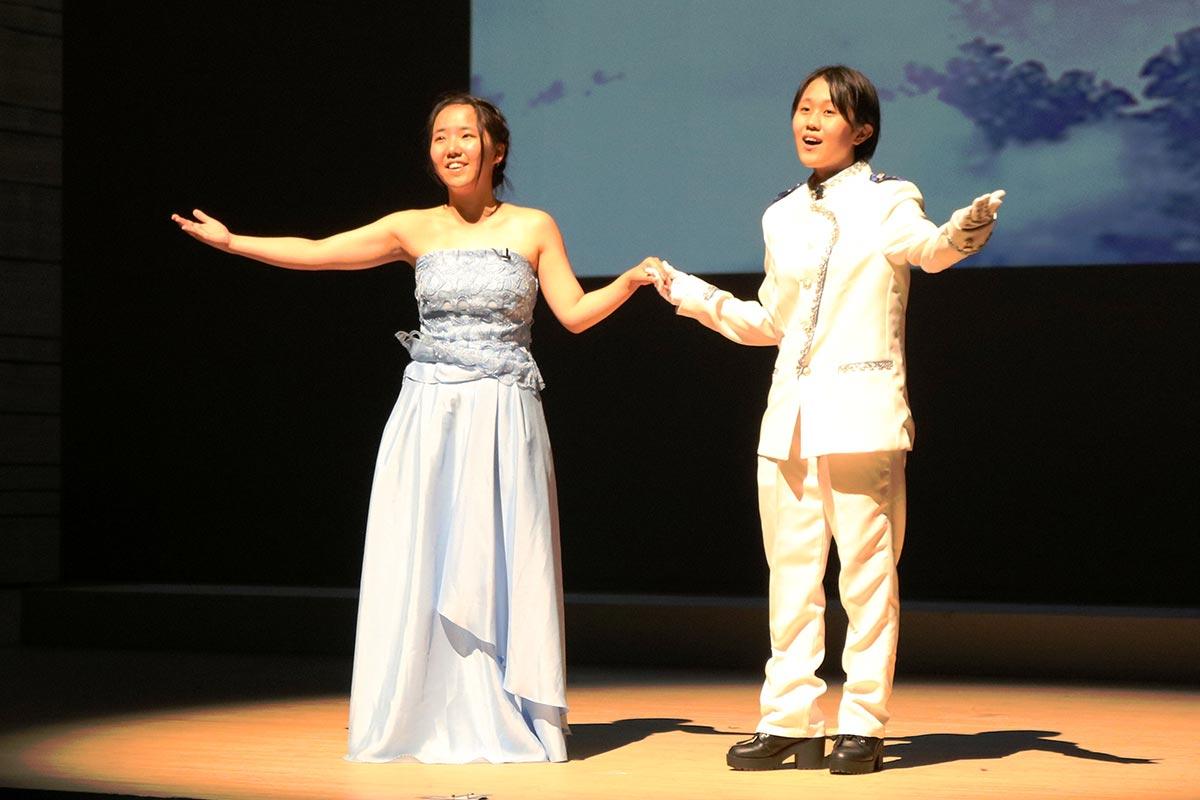 初挑戦のミュージカル「シンデレラ」。練習を重ねた演技、歌唱を大舞台で披露