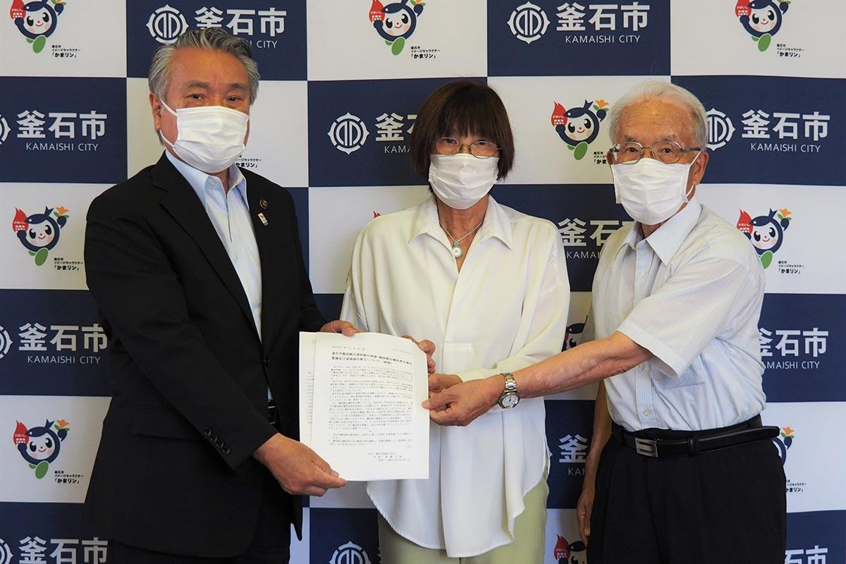 野田市長に要請書を手渡す岩鼻会長(中)、斉藤代表(右)=8月4日、釜石市役所