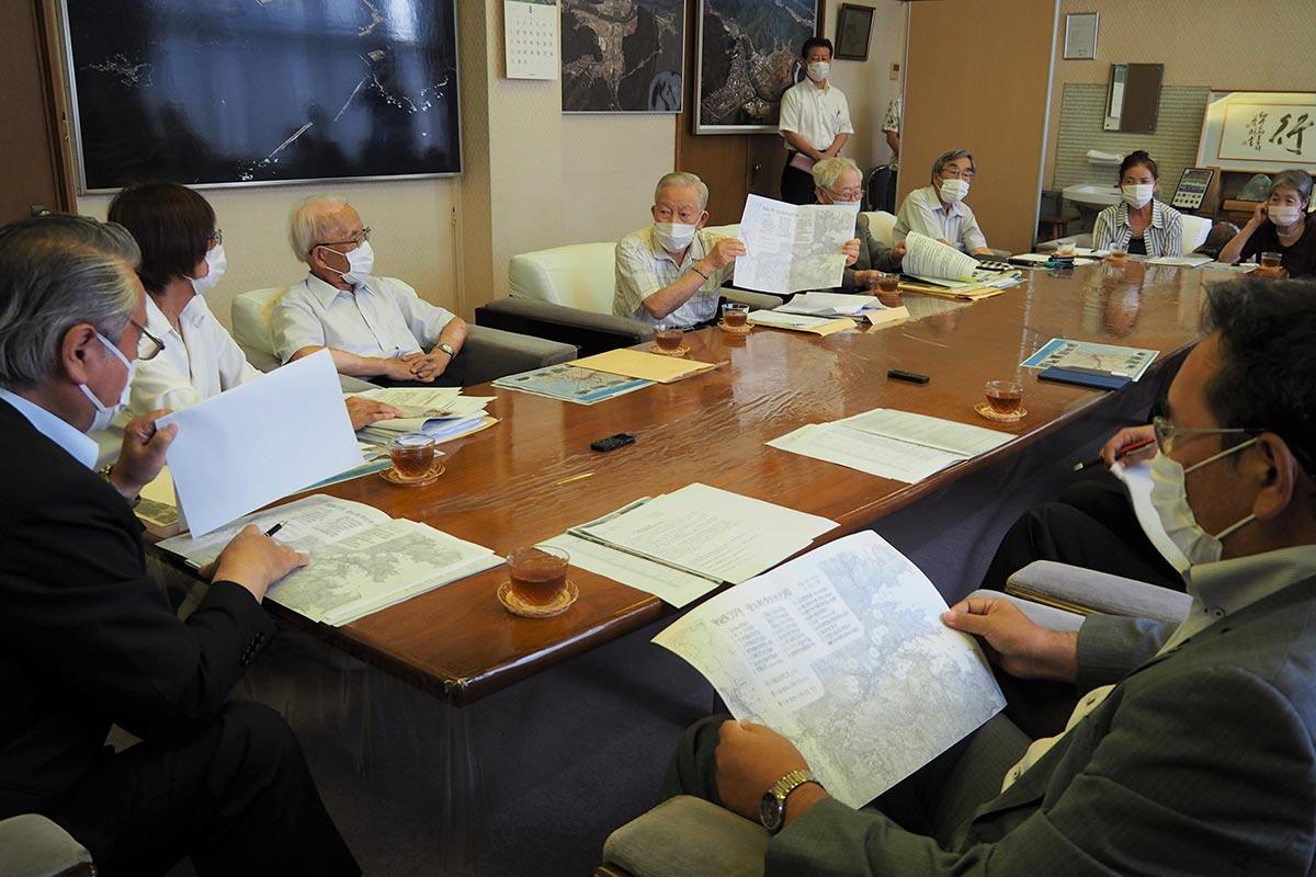 戦災資料館の再建などを市に要請する市民団体代表ら=8月4日、釜石市役所