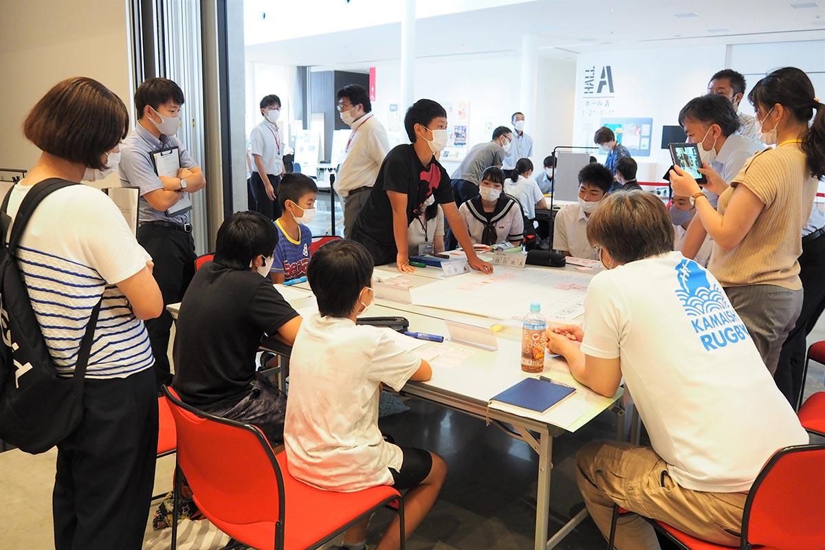 高校生や大人を交えた絆会議で、小中学生が地域についての思いや考えを伝えた