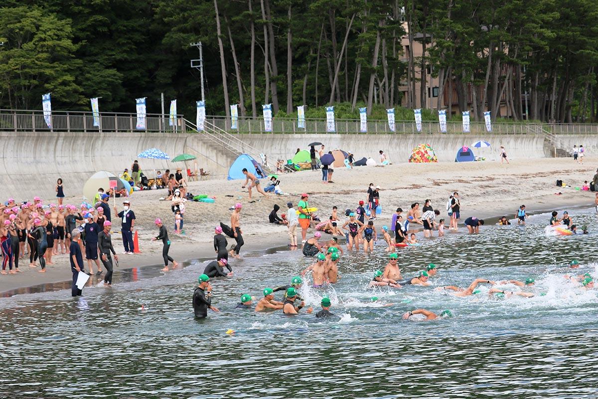 海水浴客らも見守る中、行われた釜石オープンウォータースイミング=1日、根浜海岸
