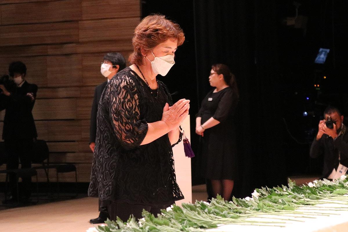 白菊を手向け、戦災犠牲者の御霊を慰める参列者
