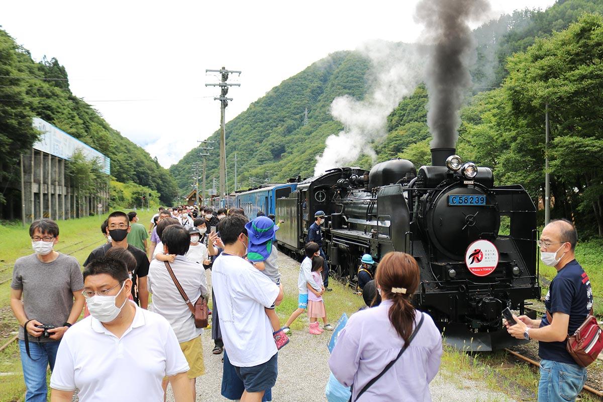 黒煙を上げる機関車の姿は、かつて大橋から鈴子に鉄鉱石を運んだ「釜石鉱山鉄道」時代をほうふつとさせる