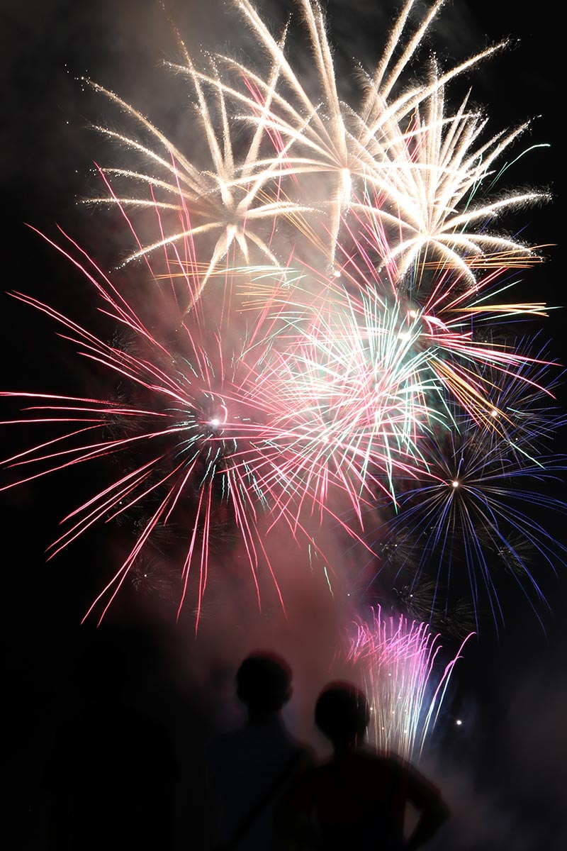唐丹の夜空を彩る花火に地元住民らが見入った