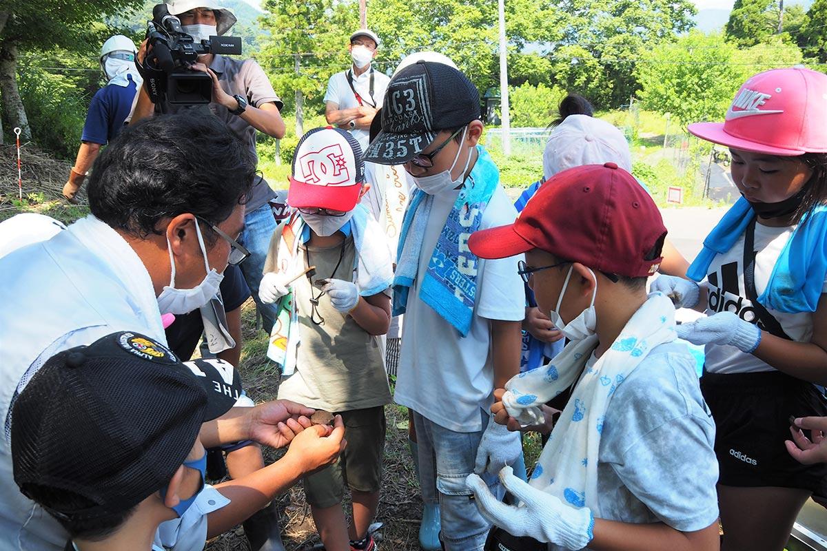 縄文土器のかけらなどを掘り当てた子どもたち